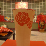 vaso cotto e rose rosse