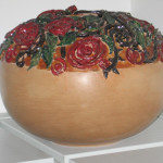 vaso tornito a mano con sculture di rose